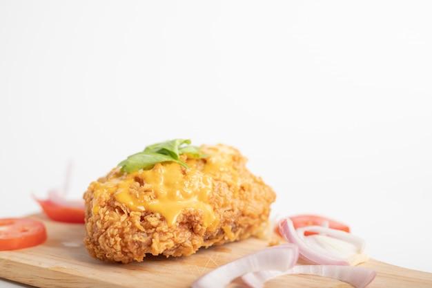 木の板と白い背景の上の鶏唐揚げチーズ