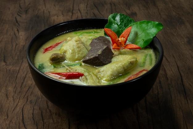 코코넛 밀크를 곁들인 치킨 그린 커리 달콤하고 매운 맛있는 태국 음식