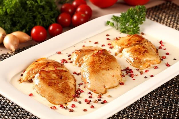 화이트 소스로 구운 치킨.