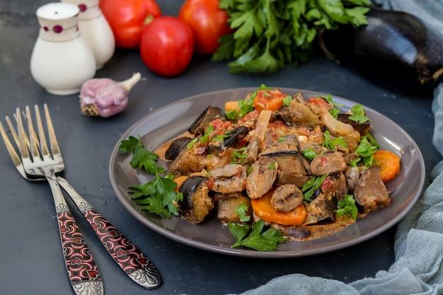 野菜で調理したチキンハート:ニンジン、ナス、トマト、ニンニク、玉ねぎ、おいしいヘルシーなディナー、水平方向