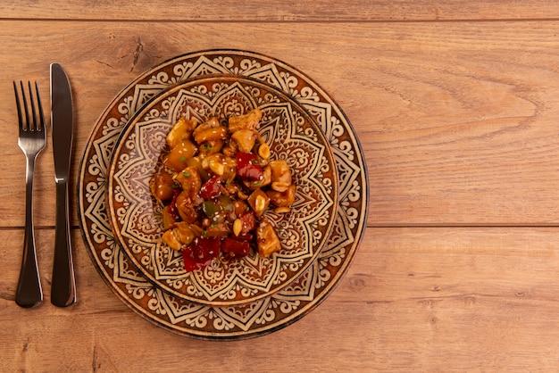 나무 테이블-중국 음식에 갈색 접시에 닭.