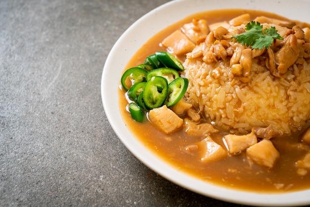 チキンのブラウンソースまたはグレイビーソースとご飯-アジア料理スタイル