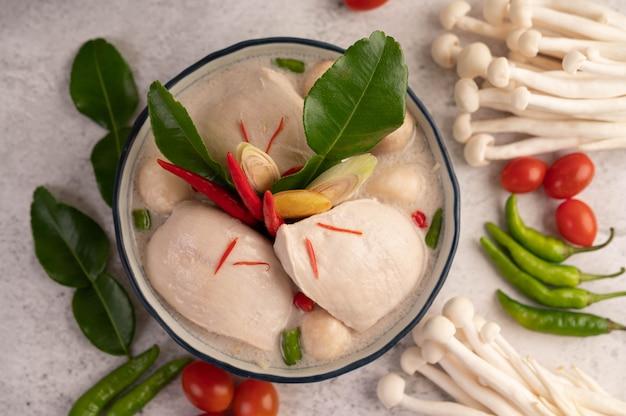 Курица в кокосовом молочном супе, галангальском лемонграссе и чили тайской кухни.