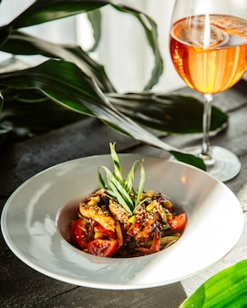Курица в соусе терияки, инкрустированная в кунжуте, подается с салатом