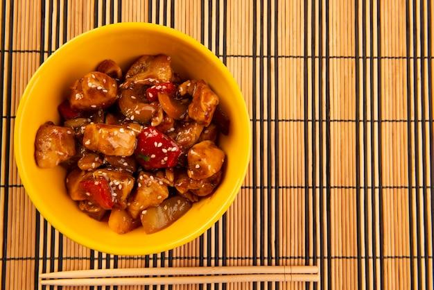 나무 테이블-중국 음식에 노란색 그릇에 닭.