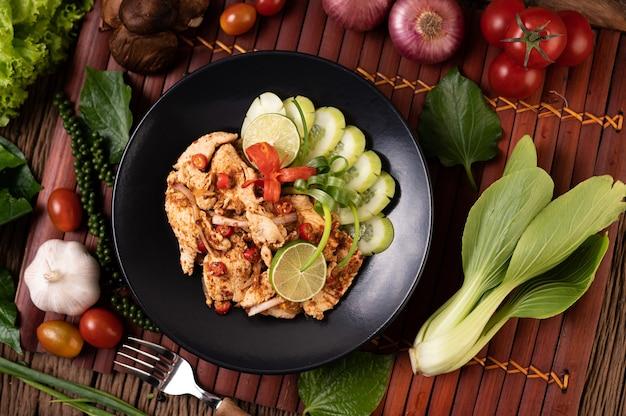 접시에 치킨 라브 말린 고추, 토마토, 파, 양상추