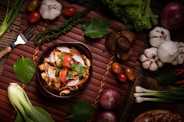 プレート上のチキンラープ乾燥唐辛子、トマト、ネギ、レタス