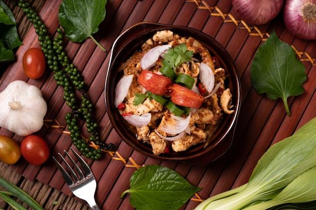 Larb di pollo alla piastra con peperoncini secchi, pomodori, cipolline e lattuga
