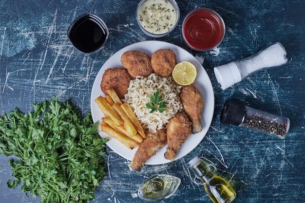 鶏もも肉とフライドポテトと麺とソース。