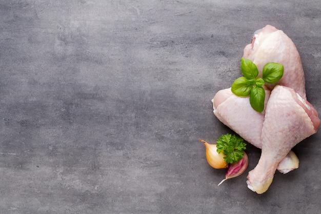 Куриные ножки, эко свежее мясо на сером фоне