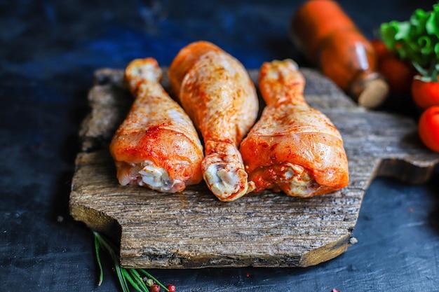 Куриные окорочка сырой перец шашлык мясо на гриле птица