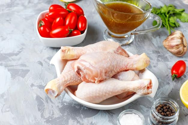 Cosce di pollo con spezie e sale pronte per la cottura.