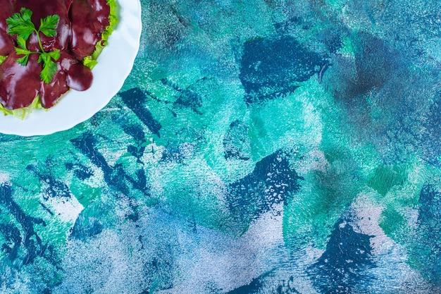 皿の上のレタスの葉の上の鶏レバー