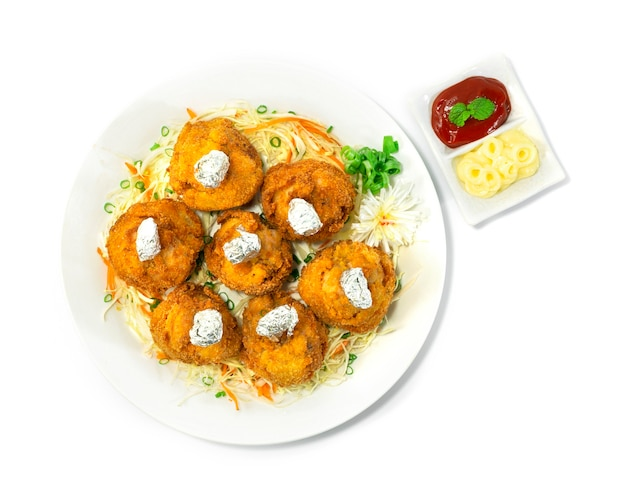 치킨 롤리팝 일본 음식 스타일 딥 프라이드 전채 요리 맛있는 맛있는 제공 마요네즈와 토마토 소스 장식 야채 topview