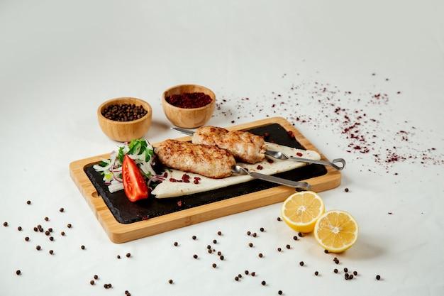Люля из курицы на сомпуре с луком