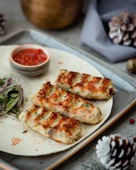 Kebab di pollo con aneto servito con insalata