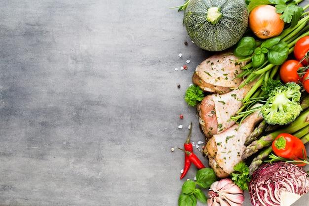 Куриные ножки в маринаде, свежие овощи на сером