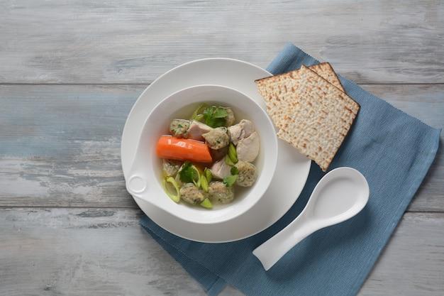 치킨 matzo 공 수프. 유태인 전통 유월절 음식