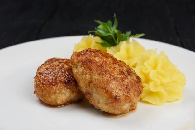 으깬 감자와 치킨 커틀릿