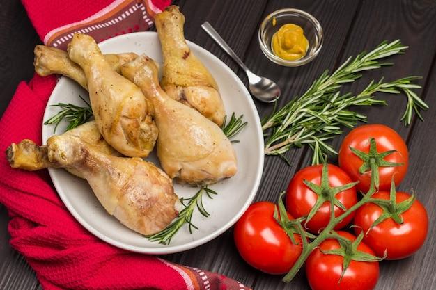 세라믹 접시에 닭고기 테이블에 빨간 냅킨