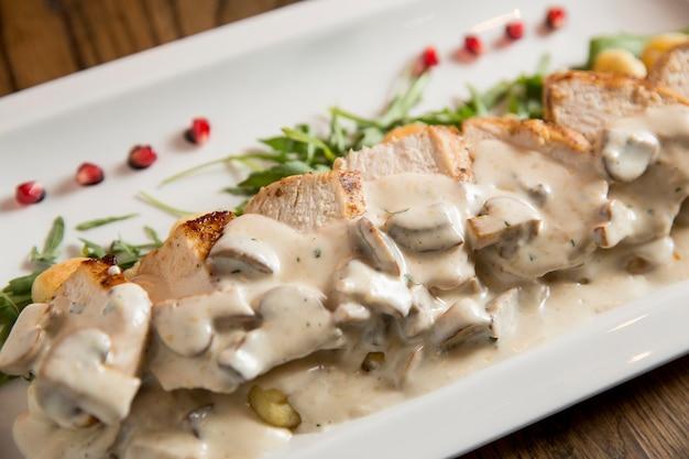 Куриное мясо на тертых ньокки в сливочном соусе с грибами и копченым сыром