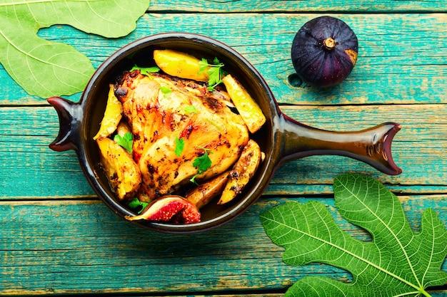 감자와 무화과로 구운 닭고기.과일과 야채를 곁들인 구운 닭고기