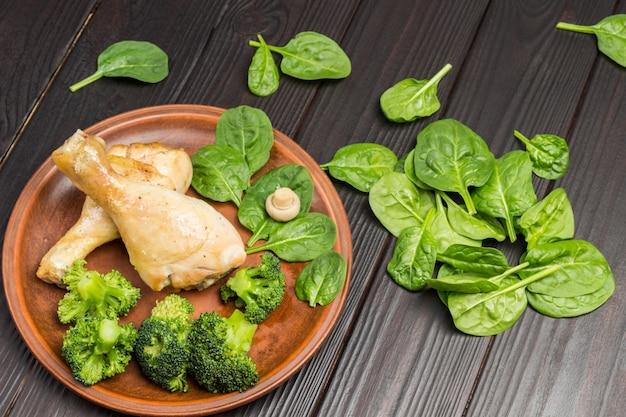 브로콜리와 시금치 세라믹 접시에 닭고기