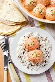 Куриные котлеты в сливочно-томатном соусе с рисом