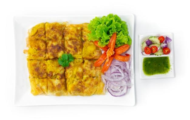치킨 murtabak 계란, 양파, 감자 및 다진 치킨 필링을 곁들인 정통 말레이시아의 유명한 플랫 브레드