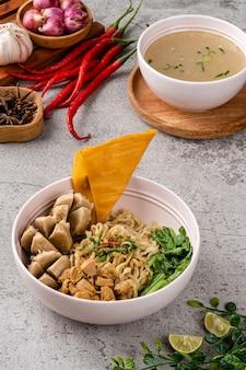 Куриная лапша - индонезийское блюдо из приправленной лапши из желтой пшеницы, покрытой кубиками куриного мяса