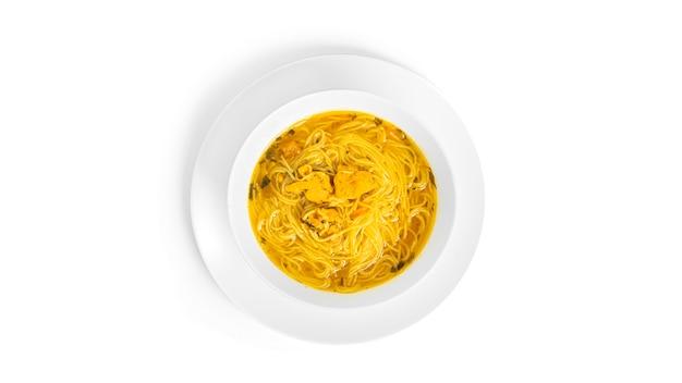 Изолированный куриный суп с лапшой.