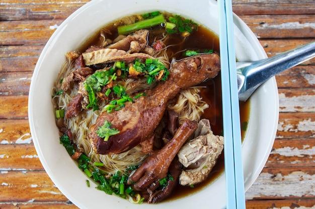 Куриная лапша тушеная вкусная в таиланде
