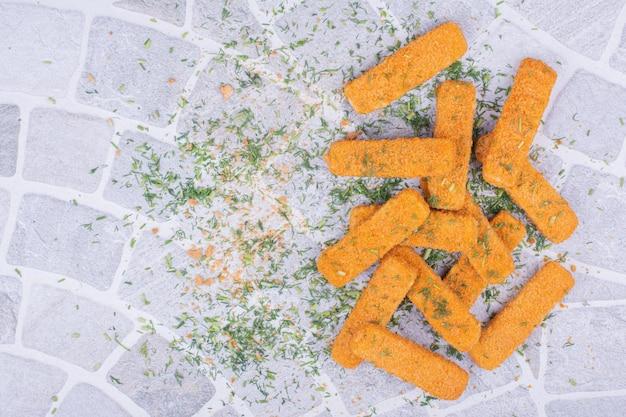 허브와 향신료를 곁들인 치킨 너겟 스틱.