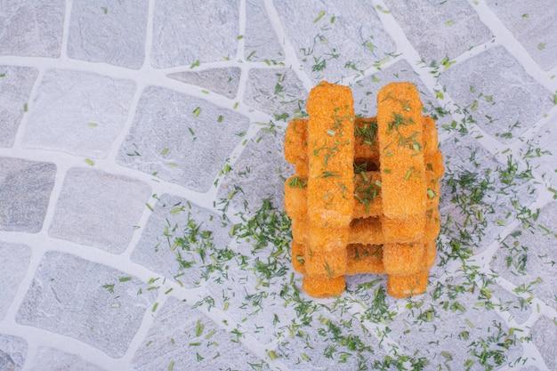 Bastoncini di crocchette di pollo con erbe e spezie.