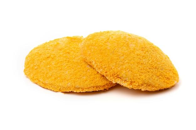 Куриные наггетсы или желтые котлеты, изолированные на белом фоне.