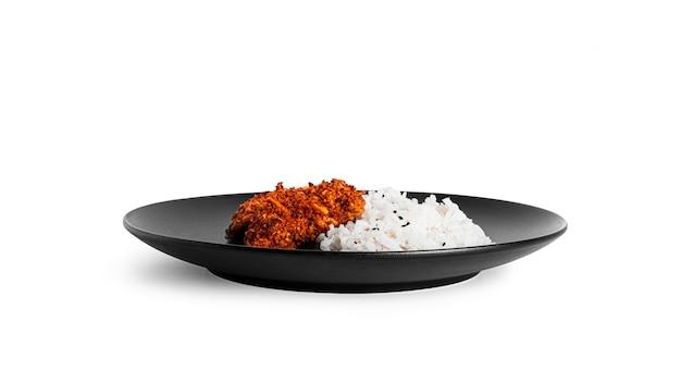 白い背景で隔離の皿にご飯とチキンナゲット。チキンチョップとご飯。高品質の写真
