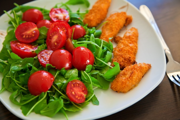 Куриные наггетсы с салатом