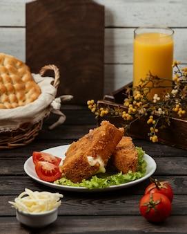 Bocconcini di pollo con pomodoro e lattuga.