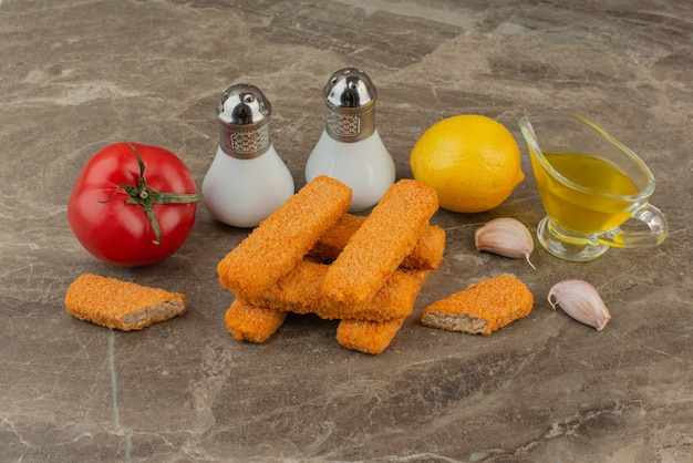 Bocconcini di pollo con pomodoro, olio, limone, sale, pepe e aglio.