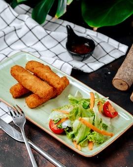 テーブルの上の野菜とチキン・ナゲット