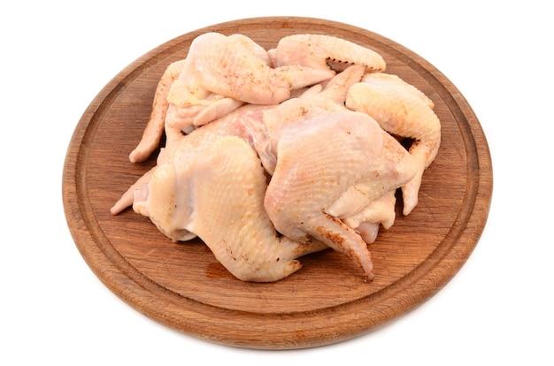 Курица на разделочной доске
