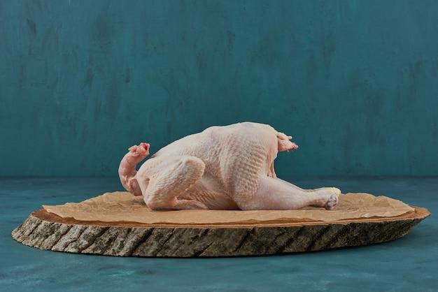 木の板に鶏肉。