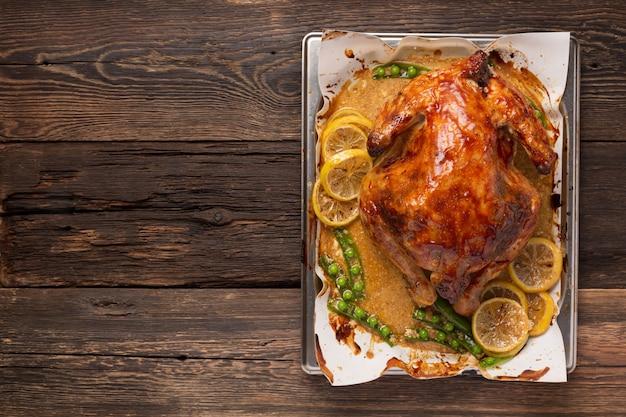 Курица или утка, запеченная в духовке на праздничном обеденном столе