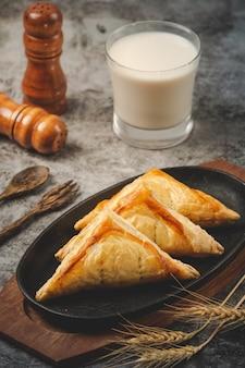 Torta di pollo o kurnik che è splendidamente decorato sul tavolo.