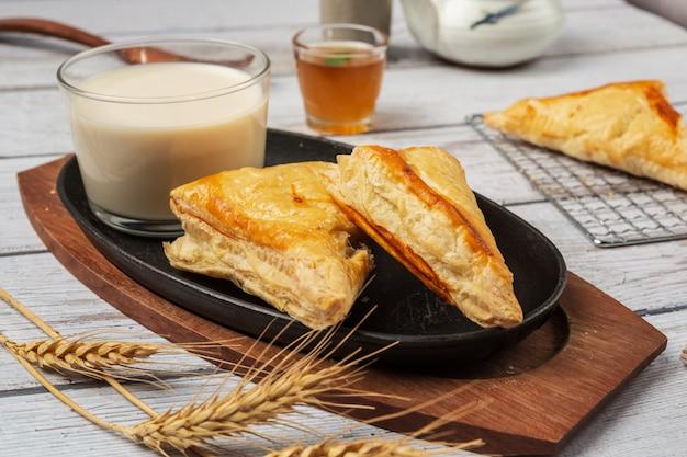 테이블에 아름답게 장식 된 치킨 파이 또는 kurnik.