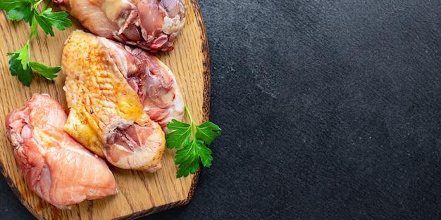 닭 조각 원시 수탉 또는 거위 신선한 농장 고기 오리