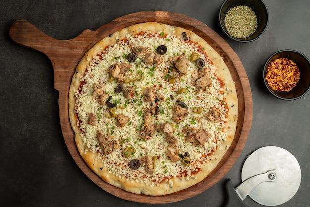 Куриная пицца плоский лей вид сверху