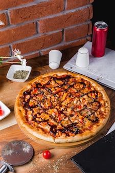 Куриная пицца с болгарским перцем, зеленью и соусом барбекю