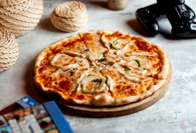 Chicken pizza with bell peppers, mushroom and cheese