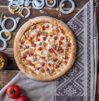 トマト、玉ねぎ、牧場ソースのチキンピザ